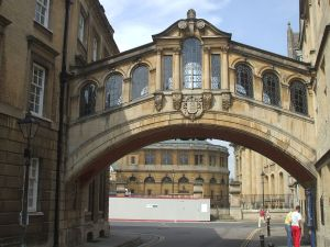 Oxford - The_Bridge_of_Sighs_looking_west_towards_Catte_Street